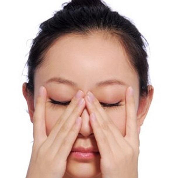 Những cách massage xóa nếp nhăn ở mắt đơn giản tại nhà bạn nên biết