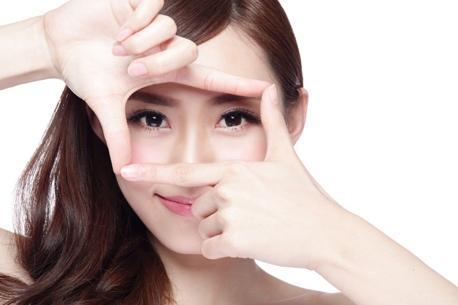 Sau phẫu thuật thẩm mỹ mắt ăn kiêng bao lâu?